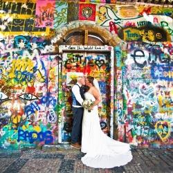 john-lennon-veggen-i-praha-bryllupsbilder